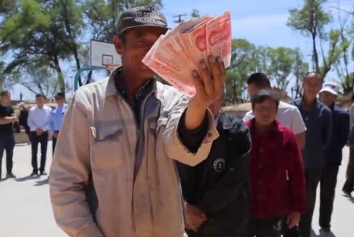 陕西一村庄每人发1000元疫情补助 一天发了41.3万
