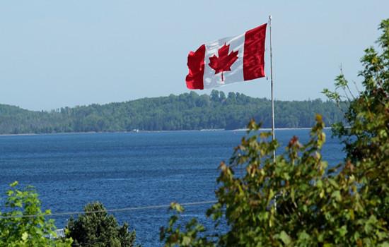 """城市地理    加拿大素有""""枫叶之国""""的美誉,是北美洲最北的国家,西临"""