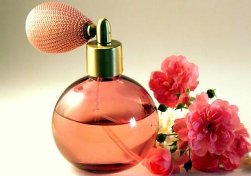 粉红色的香水和花