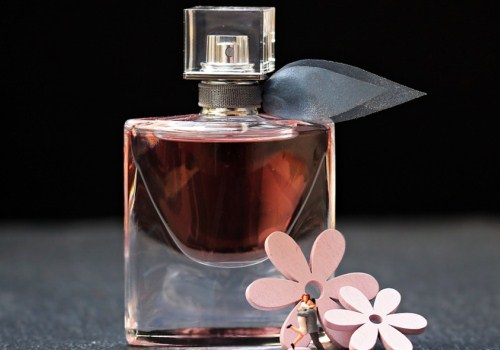 一瓶深红色的香水