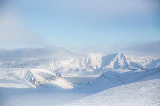 沙漠40年一遇的大雪变成雪海
