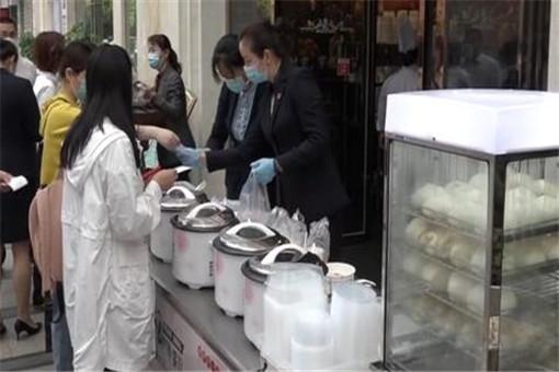 武汉五星级酒店路边卖早餐 网友:平常早餐价格 五星级的服务