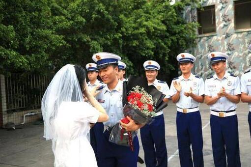 女幼师捧花向消防员男友求婚具体怎么回事