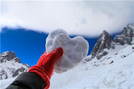 玉龙雪山八月飘雪  十三座雪峰连绵不绝