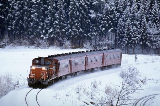吉林暴雪铁路工人火烤铁轨除冰-摄图网