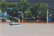 青島街面積水成河汽車漂??!為什么下這么大雨?附詳情!